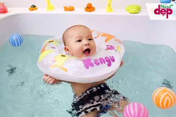 Trẻ thích thú với hoạt động bơi thủy liệu