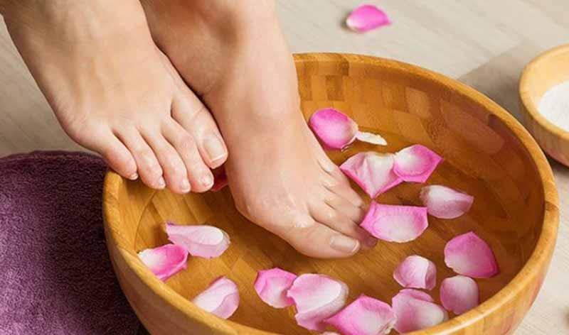Ngâm chân bằng nước ấm là một trong việc giúp giữ ấm cơ thể. (Ảnh: Internet)