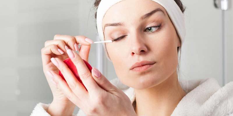 Không dùng tăm bông để tẩy trang mắt và môi. (Ảnh: Internet).