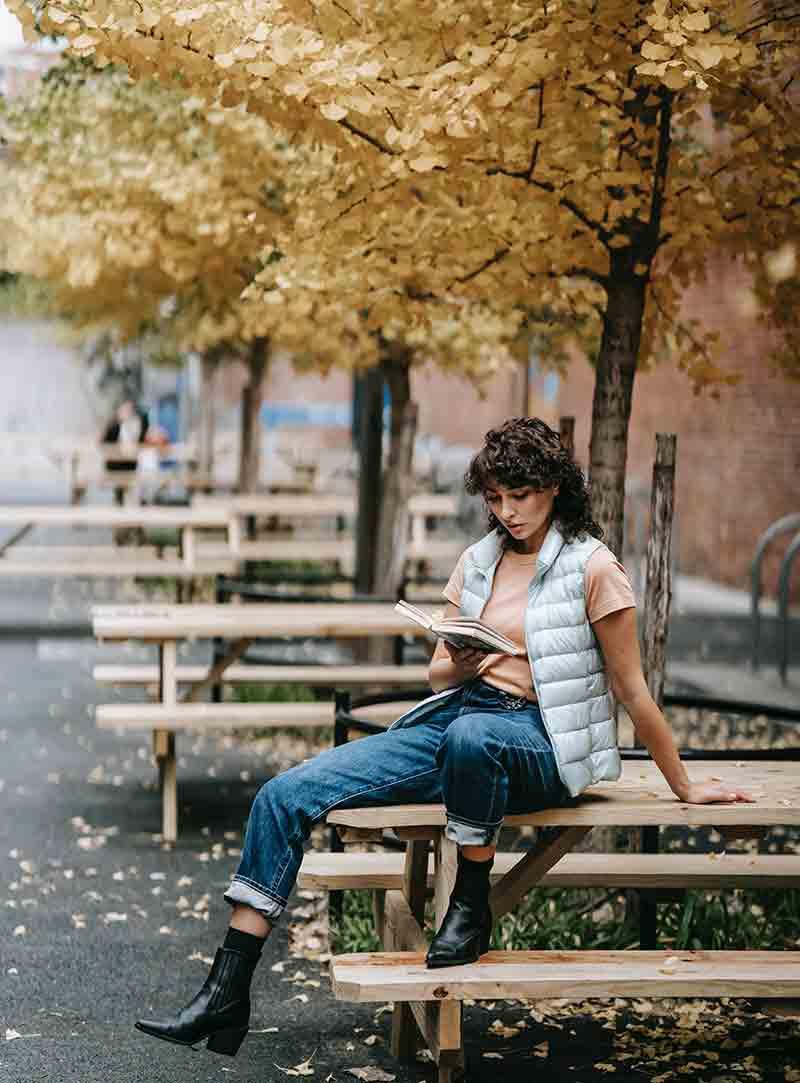 Đọc sách là bí quyết sống hạnh phúc của cô gái Pháp. (Ảnh: Pexcels/Sam Lion)
